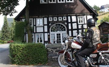 Motorrad Stop vor einem Fachwerkhaus