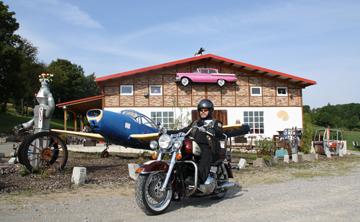 Motorradpause vor dem Curioseum in Usseln