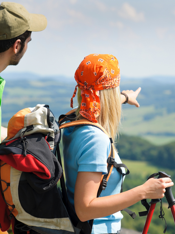 Wanderer blicken ins Tal