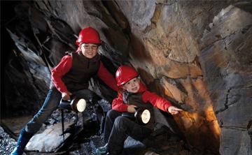 Kinder erkunden das Besucherbergwerk in Willingen